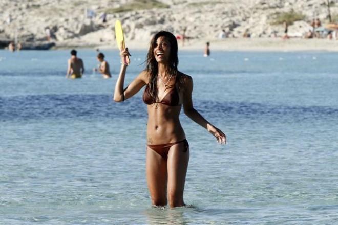 Federica Nargi gioca a racchettoni in spiaggia a Formentera. Foto di Splash Italia dal Web