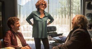 Una scena di Mister Felicità con Alessandro Siani, Carla Signoris e Diego Abatantuono.