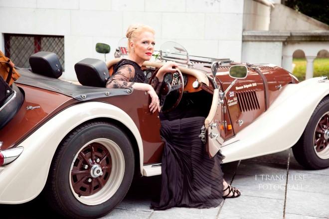 Cris Egger a bordo di auto d'epoca per il concetto del lusso. Foto Edoardo Tranchese.
