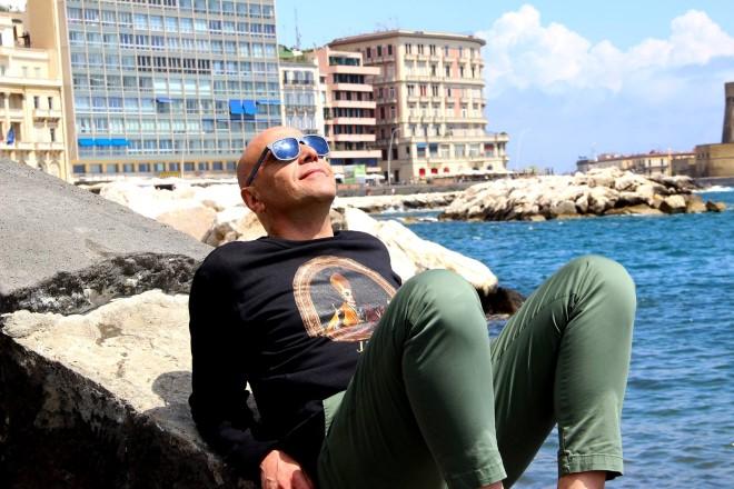 Gianni Simioli sul lungomare di Napoli