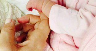 Le mani di Janet De Nardis e la piccola Joy pubblicate su Facebook.