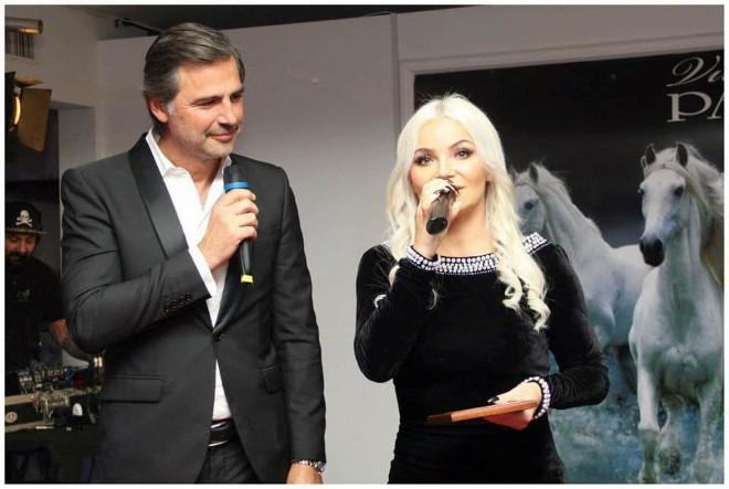 Beppe Convertini e Beata Beatz insieme sul palco del Red Carpet del cuore contro la violenza. Foto di Luigi Buonincontro.