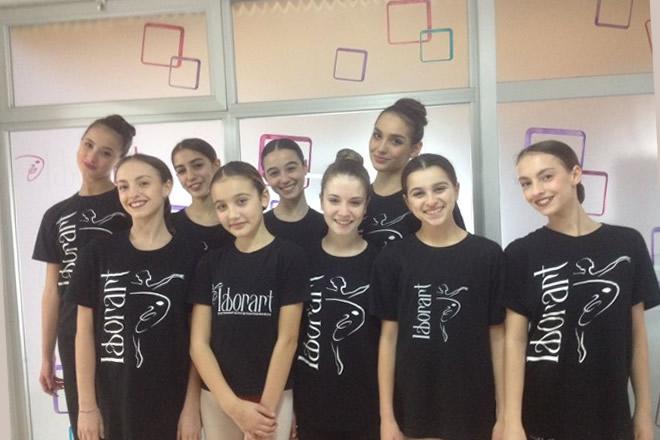 Elena Foresta e le otto ballerine presenti nel film In punta di piedi