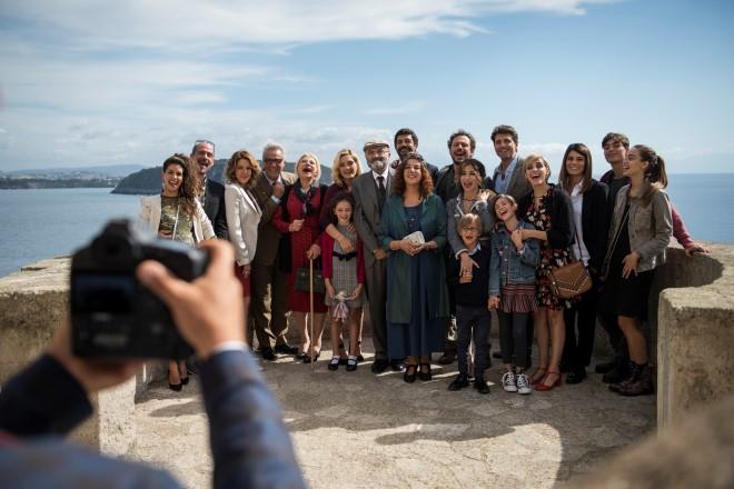Il cast di A casa tutti bene. Foto da Ufficio Stampa