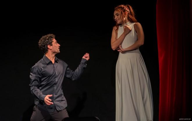 Domenico Santarella in scena per lo spettacolo su Domenico Modugno. Foto da Ufficio Stampa.