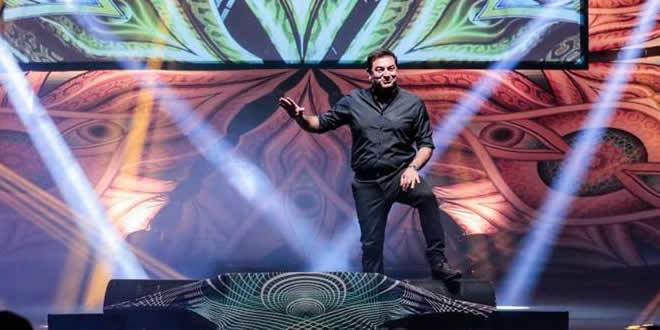 Max Giusti durante lo spettacolo Va tutto bene. Foto da Ufficio Stampa