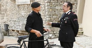 Terence Hill e Nino Frassica in Don Matteo 11. Una scena della fiction.