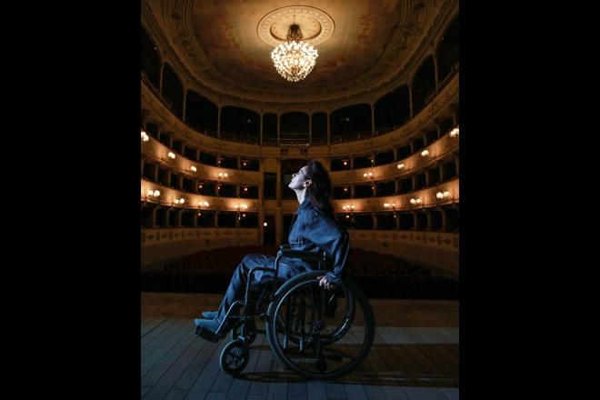 Elena Sofia Ricci in Vetri Rotti interpretaSylviaGellburg, un personaggio in cui ammette di riconoscersi in molti aspetti: una donna forte che si ritrova paralizzata fisicamente dalle sue paure.
