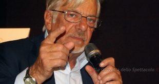 Giancarlo Giannini durante una conferenza stampa