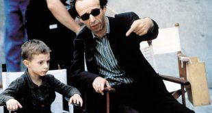 Giorgio Cantarini e Roberto Benigni in una foto dal set di La Vita è bella. Credit MIRAMAX-Album. Foto ricevuta da Ufficio Stampa.