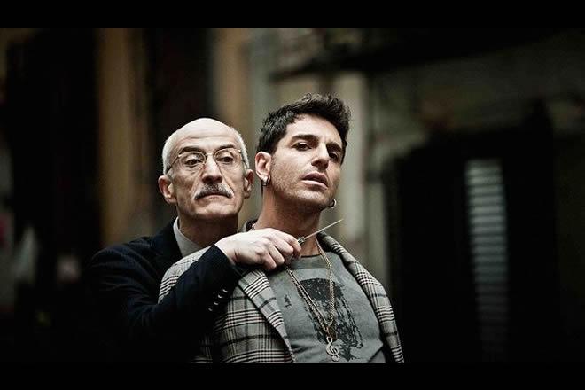 Peppe Servillo e Gianpaolo Morelli in una scena di Song'e Napule, film nella rassegna di Arci Movie a Poggioreale. Foto da Ufficio Stampa.