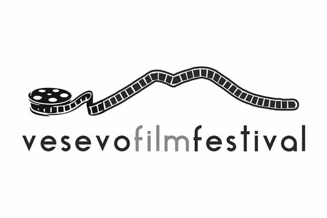 Prossimi alle finali dellaprima edizione del festival del cinema dei comuni vesuviani Vesevo Film Festival. Le serate conclusive dell'evento, dove si decreterà il vincitore di questa prima edizione, si terranno al Teatro Maria Aprea di Volla (NA) dal 3 al 6 Maggio.