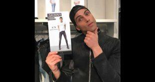 Fabio Mancini scherza con un prodotto Armani che lo vede testimonial presso la 5th avenue - New York. Foto da Facebook.