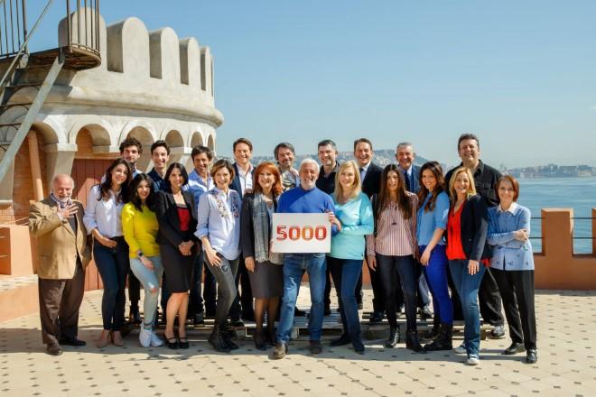 Foto del cast di Un Posto al Sole per le 5000 puntante.  Foto da pagina Facebook della serie di Giuseppe D'Anna