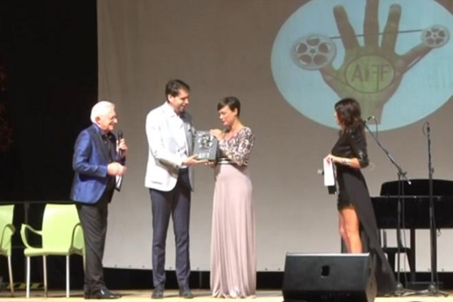 Francesco Russo consegna il premio a Roberta Giarrusso ad Ariano International Film Festival 2017
