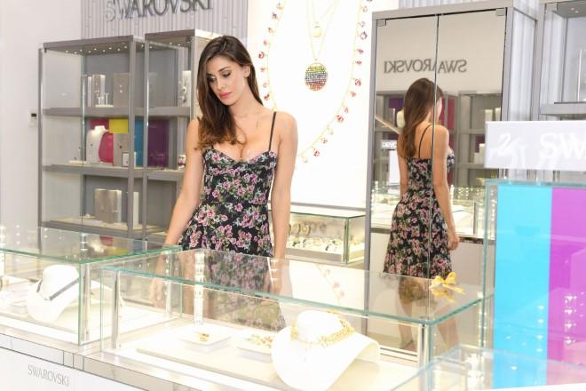 Belen Rodriguez e le esposizioni Swarovski. Foto da Ufficio Stampa