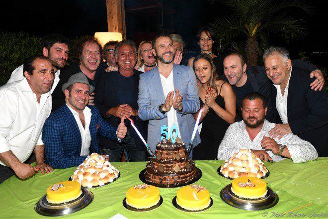 La foto con la torta per i 50 anni di Massimiliano Gallo