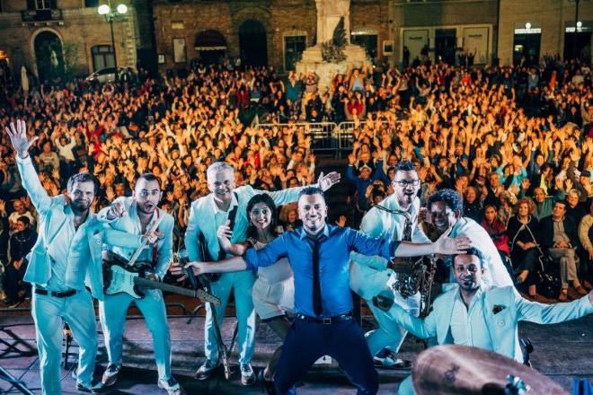 Mirko Casadei Orchestra live a Recantai. Foto Kiwi.