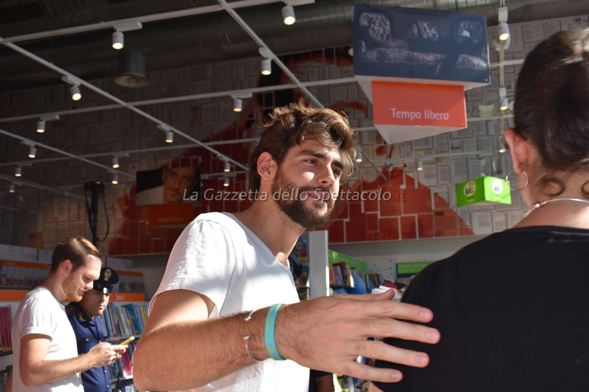 Alvaro Soler mentre incontra i fans