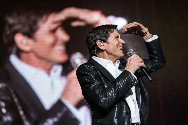 Gianni Morandi live. Foto di Simone De Luca.