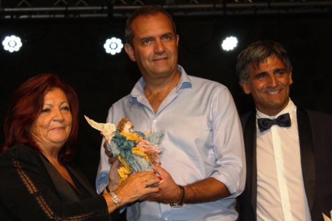 Il sindaco Luigi de Magistris ritira il Premio Ambasciatore del Sorriso 2018. Foto da Ufficio Stampa.