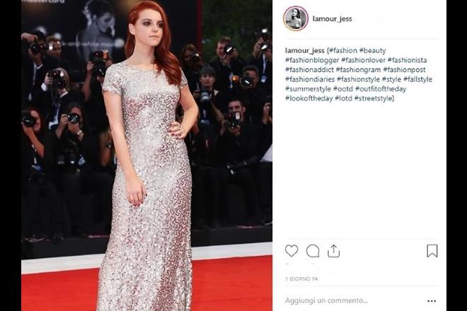 L'attrice Ludovica Bizzaglia sul red carpet di Venezia. Foto da Instagram.