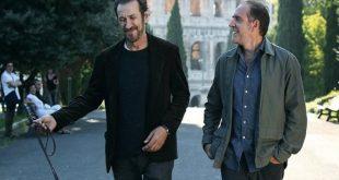 Marco Giallini e Valerio Mastandrea sul set di Domani è un altro giorno. Foto dal Web