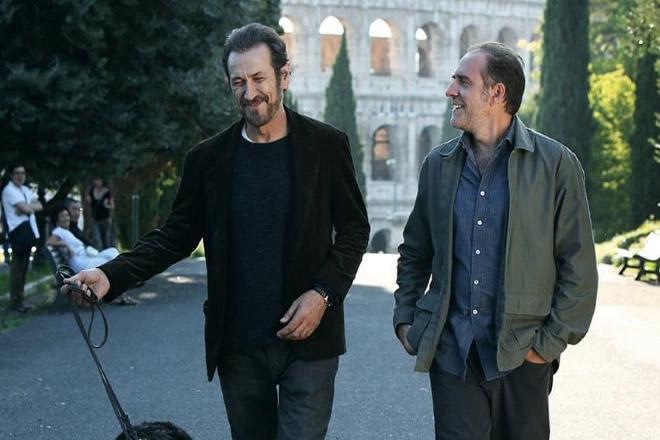 Marco Giallini e Valerio Mastandrea sul set di Domani è un altro giorno. Foto reperita dal Web.
