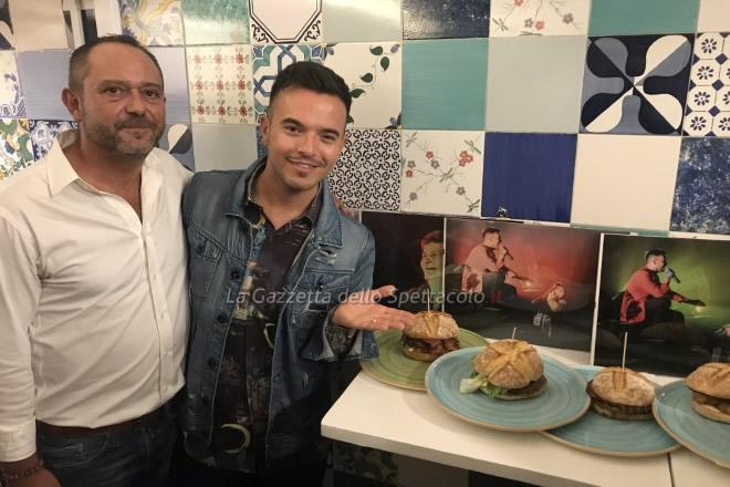 Andrea Sannino con Antonio Elefante accanto ai panini che portano i nomi delle sue canzoni