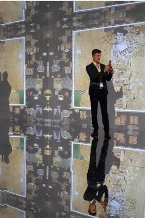 Fabio Fulco nella stanza degli specchi di Klimt Experience