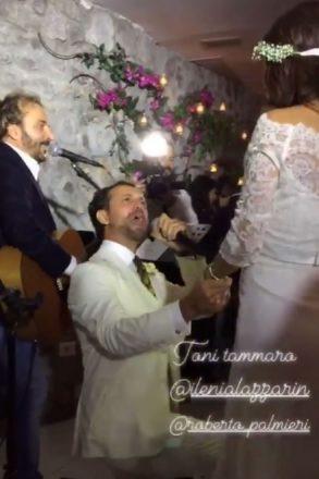La dedica dello sposo Roberto Palmieri accompagnato da Tony Tammaro. Fonte Stories di Instagram