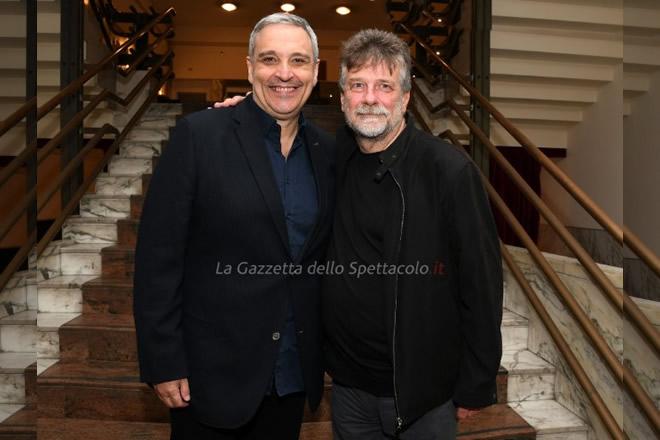 Alla prima de I Bastardi di Pizzofalcone al Teatro Mercadante di Napoli, Maurizio De Giovanni ed Alessandro D'Alatri.