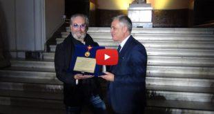 Rocco Barocco riceve il premio alla carriera da Nino Daniele