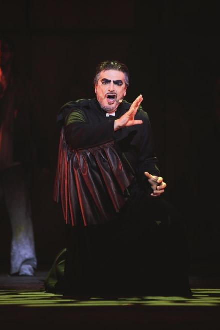 Vittorio Matteucci interpreta Frollo. Foto di scena di Alessandro Dobici
