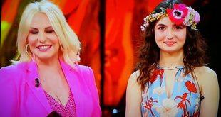 Antonella Clerici e Tecla Insolia in un frame dalla puntata di Sanremo Young