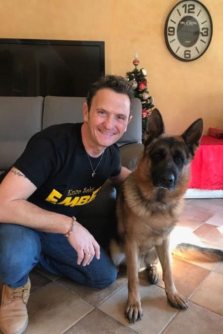 Enzo Salvi con il suo cucciolo. Foto da Ufficio Stampa