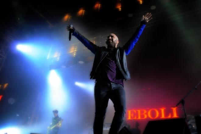 Giuliano Sangiorgi dei Negramaro al PalaSele di Eboli. Foto di archivio di Anni 60 Produzioni