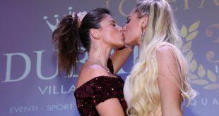 Il bacio tra Francesca Brambilla e Caterina Milicchio al Party Lobefalo. Foto di Pasquale Garofalo