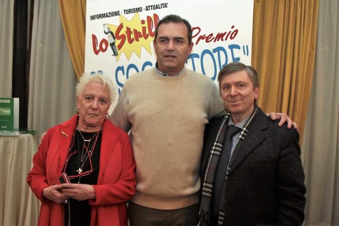 Il sindaco De Magistris con gli organizzatori del Premio Il Sognatore