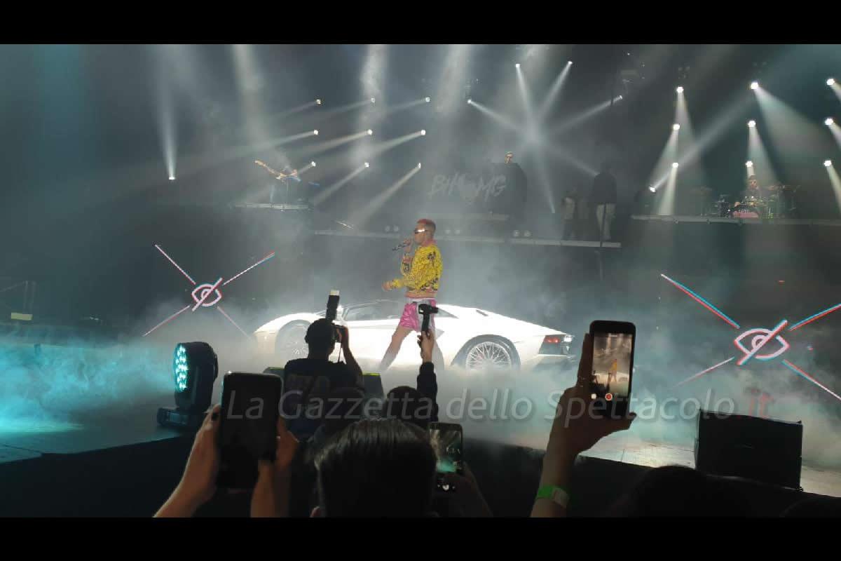 Sfera Ebbasta sul palco con la Lamborghini
