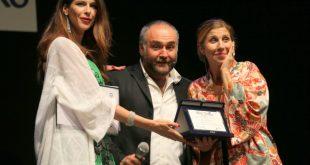 Janet De Nardis e Michela Andreozzi con il vincitore di Makkekomico della scorsa edizione. Foto da Ufficio Stampa