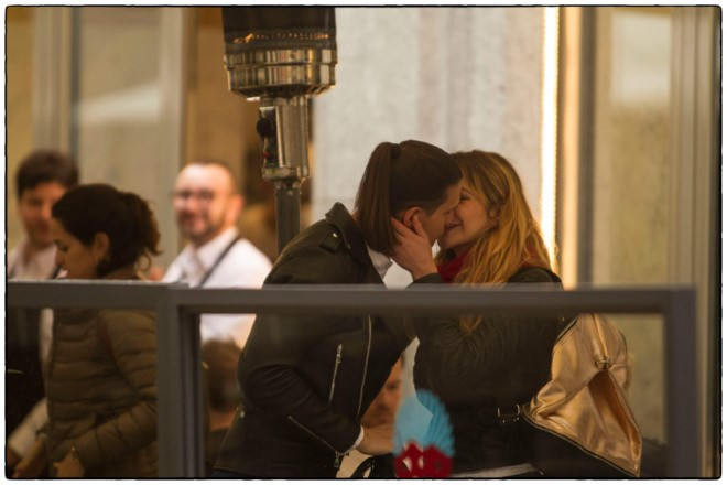 Uno scatto rubato di Marco Sarra e Gabriela Teleaga, protagonisti di Febbre. Foto da Ufficio Stampa