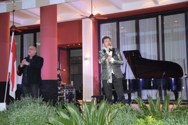 The 2 Singers live