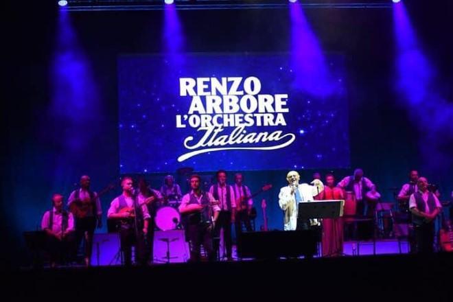 Renzo Arbore in concerto all'Arena Flegrea. Foto da Web di Arena Flegrea