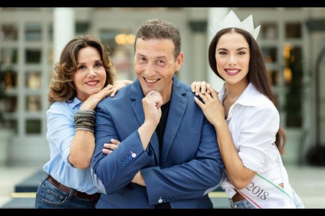 Alessandro Greco con Patrizia Mirigliani e Carlotta Maggiorana, Miss Italia 2018. Foto dal Web