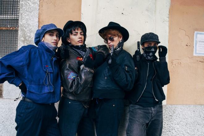 Ambra Angiolini, Ilenia Pastorelli, Serena Rossi e Silvia D'Amico in posa sul set di Brave Ragazze