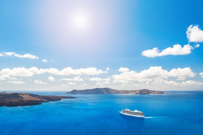 Crociera - Cruise liners near the Greek Islands. Beautiful landscape with sea view. Santorini island, Greece. Foto da Ufficio Stampa