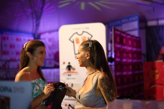 Malena nel suo temporary shop con una fans. Foto di Francesca Ricciardi