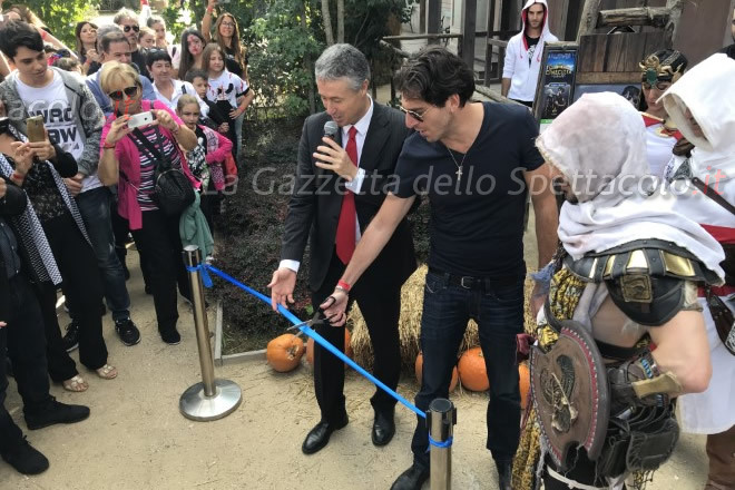Gianpaolo Morelli con Stefano Cigarini inaugura Assassin's Creed a Cinecittà World