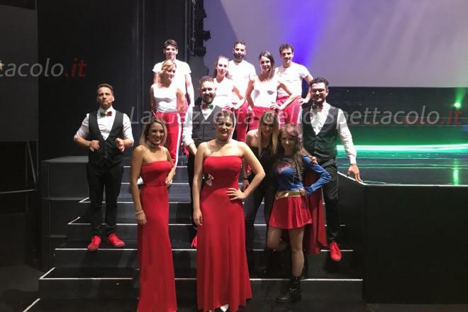 Il cast di Viva l'Italia con delle cosplayer